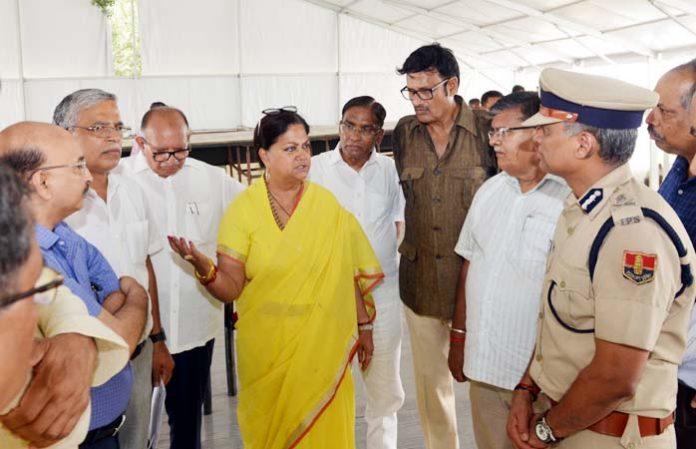 पीएम मोदी के जयपुर में प्रस्तावित कार्यक्रम के मद्देनजर सुरक्षा व्यवस्थाओं का जायजा लेतीं मुख्यमंत्री वसुंधरा राजे।