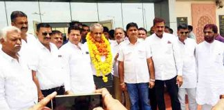 बीकानेर के नाल एयरपोर्ट पर पीसीसी सदस्य डॉ. राजू व्यास का स्वागत करते कांग्रेस कार्यकर्ता। फोटो : संजय बोड़ा