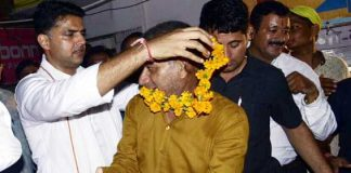 बीकानेर के जस्सूसर गेट के बाहर कांग्रेस प्रदेशाध्यक्ष सचिन पायलट प्रदेश कांग्रेस सचिव राजकुमार किराड़ू का माल्यार्पण करते।