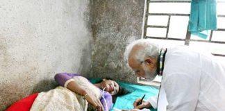 अस्पताल में भर्ती जख्मी महिला को ऑटोग्राफ देते पीएम मोदी।