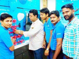 केईएम रोड स्थित जियो डिजिटल लाइफ मोबाइल बिक्री का शुभारंभ करते बीकानेर व्यापार एसोसिएशन के उपाध्यक्ष सोनूराज आसुदानी।