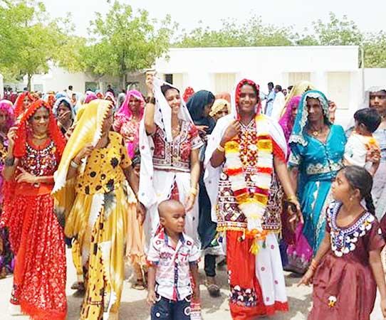 पाकिस्तान के थारपरकर असेंबली क्षेत्र में चुनाव प्रचार करतीं हिन्दू महिला सुनीता परमार।
