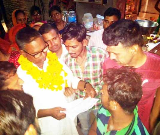 बीकानेर में चौक में चौपाल कार्यक्रम के तहत आमजन से जनसमस्याओं पर चर्चा करते भंवर पुरोहित।
