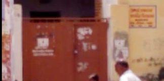 कोलायत के सरकारी स्कूल की छात्राओं से इस तरह उठवाया जा रहा है भार। फोटो स्रोत - वायरल वीडियो