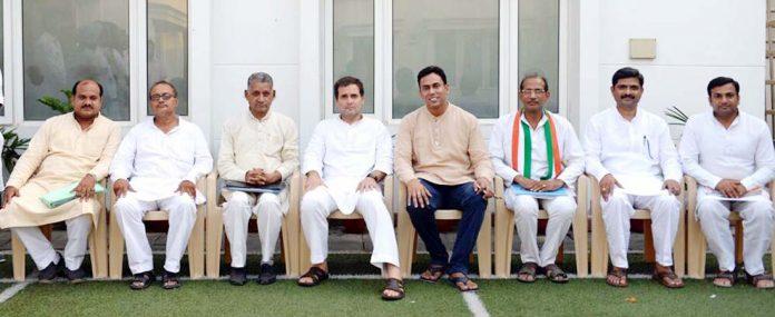 कांग्रेस के राष्ट्रीय अध्यक्ष राहुल गांधी के साथ राजकुमार किराड़ू व अन्य कांग्रेस नेता।