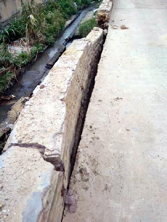 बीकानेर में श्रीरामसर रोड से सटे नाले की दीवार क्षतिग्रस्त होने से यहां हर समय हादसा होने की आशंका बन गई है।