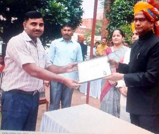 जयपुर में आयोजित समारोह में जयपाल सिंह का सम्मान करते अतिथि।