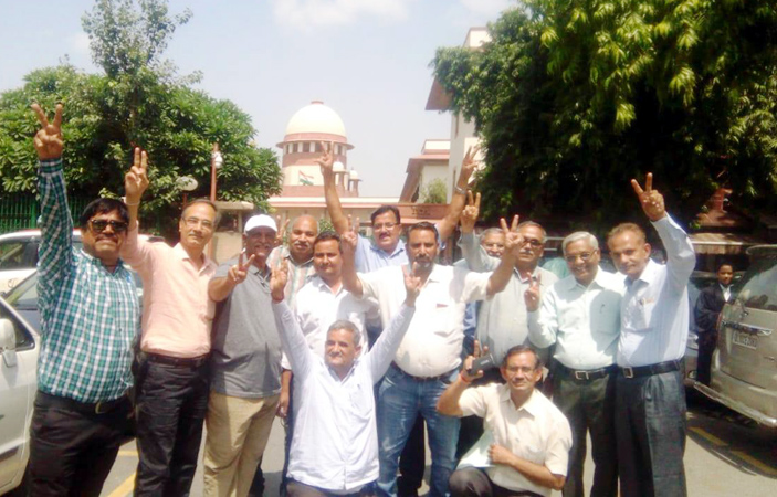 सर्वोच्च न्यायालय के फैसले के बाद दिल्ली में खुशी का इजहार करते वेलफेयर सोसायटी के पदाधिकारी।