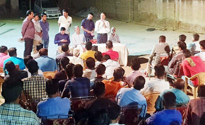 कांग्रेस के राष्ट्रीय अध्यक्ष राहुल गांधी के प्रस्तावित बीकानेर दौरे के मद्देनजर तैयारी बैठक को संबोधित करते नेता प्रतिपक्ष रामेश्वर लाल डूडी, पास में बैठे हैं पीसीसी सचिव राजकुमार किराडू।