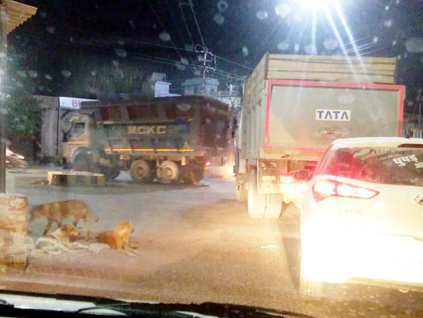 बीकानेर में शुक्रवार रात करीब नौ बजे हरोलाई हनुमानजी रोड से निकलते ओवरलोड भारी वाहन।