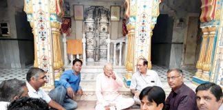 बीकानेर में पुष्करणा सामूहिक सावा समिति की बैठक में विचार व्यक्त करते समाज के मौजिज लोग।