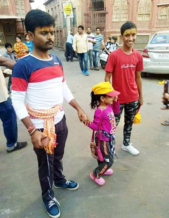 जोधपुर जिले के ओसियां माताजी धाम के दर्शनार्थ बीकानेर से रवाना हुई चार साल की पैदल यात्री वशिका।