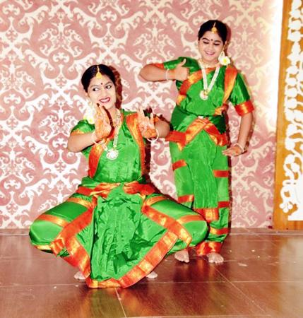 बीकानेर के धरणीधर रंगमंच में भरतनाट्यम् की प्रस्तुति देतीं बाल कलाकार कृपा और श्रद्धा व्यास।