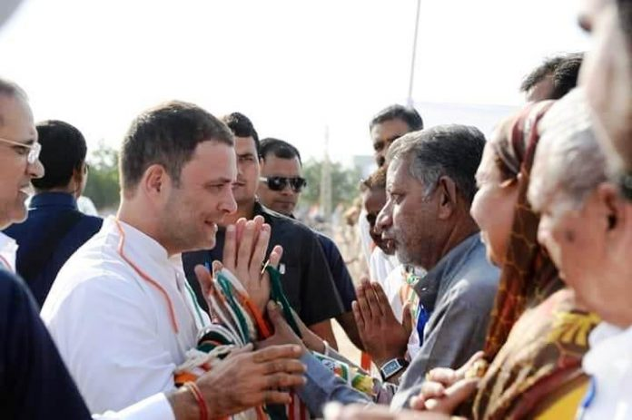बीकानेर दौरे के दौरान राहुल गांधी से मिलते राजीव गांधी पंचायत राज प्रकोष्ठ के राष्ट्रीय महासचिव एवं पीसीसी सेक्रेटेरी राजकुमार किराड़ू