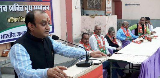 बीकानेर में नत्थूसर गेट के बाहर स्थित सूरदासाणी बगेची में आयोजित भाजपा के नव शक्ति बूथ सम्मेलन को संबोधित करते हुए भाजपा के राष्ट्रीय प्रवक्ता सुधांशु त्रिवेदी।