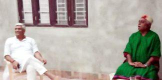 केन्द्रीय मंत्री गजेन्द्र सिंह शेखावत एवं पूर्व मंत्री देवी सिंह भाटी शनिवार को यहां बीकानेर में स्थित फार्म हाउस में बातचीत करते हुए।