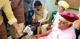 बीकानेर में सोमवार को बरसलपुर हाउस में पत्रकारों से बातचीत करते भाजपा नेता देवीसिंह भाटी।