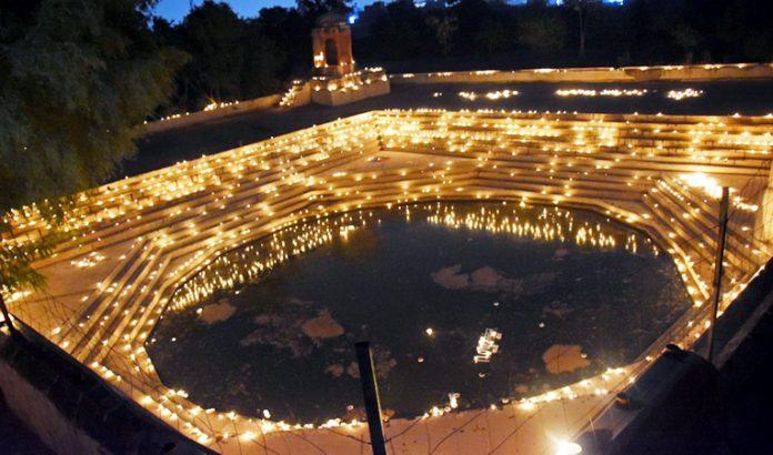 दीपों से झिलमिलाता श्रीफूलनाथजी तालाब। फोटो : दाऊ व्यास।