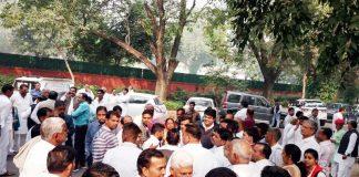 नई दिल्ली में शनिवार सुबह सीईसी की चेयरपर्सन कुमारी शैलजा के निवास पर उनसे मिलने के लिए उमड़ी टिकटार्थियों की भीड़।फोटो : अभय इंडिया