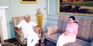बीकानेर के लालगढ़ पैलेस में केन्द्रीय मंत्री गजेन्द्र सिंह शेखावत बीकानेर पूर्व विधानसभा क्षेत्र की विधायक सिद्धिकुमारी से राजनीतिक मंत्रणा करते हुए। फोटो : संजय बोड़ा