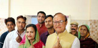 बीकानेर पश्चिम से कांग्रेस प्रत्याशी बी. डी. कल्ला मतदान के बाद अपनी पत्नी शिवकुमारी कल्ला के साथ।