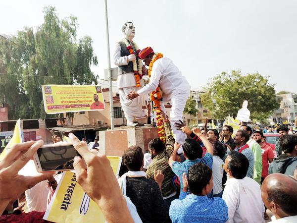 बीकानेर में गोकुल सर्किल पर पूर्व विधायक गोकुल प्रसाद पुरोहित की मूर्ति पर माल्यार्पण करते दिग्गज नेता एवं निर्दलीय प्रत्याशी गोपाल गहलोत। फोटो : संजय बोड़ा