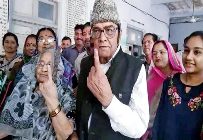 बीकानेर पश्चिम से भाजपा प्रत्याशी गोपाल जोशी मतदान के बाद अपनी पत्नी के साथ।