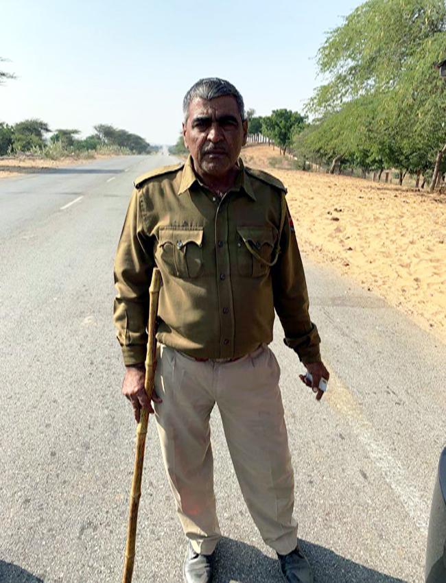 रतनगढ़ में दुर्व्यवहार करने वाले पुलिसकर्मी की वर्दी पर नाम पट्टिका भी नहीं लगी हुई