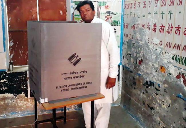 लूनकरणसर में भाजपा प्रत्याशी सुमित गोदारा मतदान करते हुए।