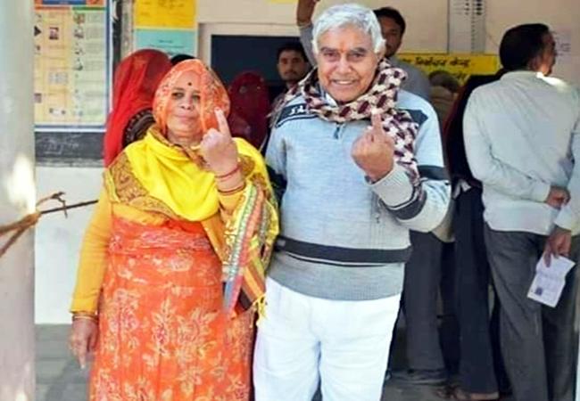 श्रीडूंगरगढ़ से भाजपा प्रत्याशी ताराचंद सारस्वत वोट देने के बाद अपनी पत्नी के साथ।