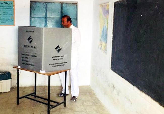 लूनकरणसर विधानसभा क्षेत्र से कांगे्रस प्रत्याशी वीरेन्द्र बेनीवाल मतदान करते हुएर्।