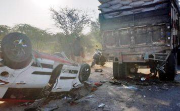 नागौर रोड पर हुए सड़क हादसे में क्षतिग्रस्त वाहन।