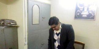 बीकानेर में नगर निगम कार्यालय के आकस्मिक निरीक्षण के दौरान रजिस्टर की जांच करते जिला कलक्टर कुमारपाल गौतम।