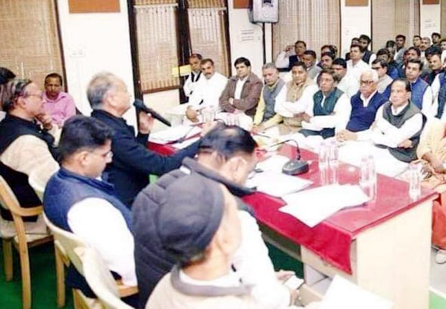 जयपुर में सीएम हाउस में बीकानेर के नेताओं के साथ बैठक करते मुख्यमंत्री अशोक गहलोत।
