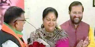 राजस्थान में नेता प्रतिपक्ष नियुक्त होने के बाद गुलाबचंद कटारिया को बधाई देतीं पूर्व सीएम वसुंधरा राजे।