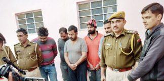 बीकानेर में जयनारायण व्यास कॉलोनी थाना पुलिस की क्रिकेट सट्टे पर की गई कार्रवाई में पकड़े गए बुकी और बरामद उपकरण।