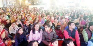 बीकानेर के कोचरों के चौक में आयोजित कवि सम्मेलन में उपस्थित जनसमूह।