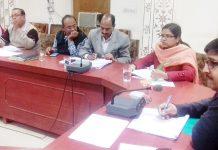 बीकानेर में सोमवार को साप्ताहिक समीक्षा बैठक को संबोधित करते कलक्टर कुमारपाल गौतम।