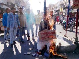 बीकानेर के केईएम रोड पर पाकिस्तान के पीएम का पुतला फूंकते शहीद भगतसिंह ग्रुप के सदस्य। फोटो : अमित खत्री