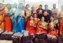 बीकानेर में पुष्करणा सावे के मद्देनजर मंगल गीत पुस्तक का विमोचन करतीं समाज की महिलाएं।
