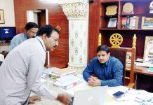 बीकानेर में चुनाव की तैयारियों के संबंध में चर्चा करते कलक्टर कुमारपाल गौतम।