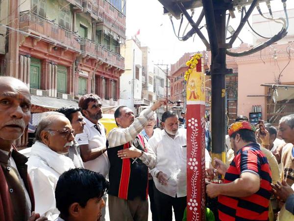 bikaneri holi बीकानेर के श्रीमरुनायक चौक में थम्ब पूजन का कार्यक्रम।