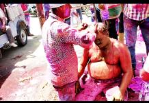 बीकानेर के नत्थूसर गेट सर्किल स्थित चौराहे पर रंग लगवाता होली रसिक। फोटो : संजय बोड़ा