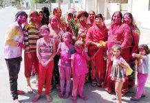 बीकानेर के मुरलीधर व्यास कॉलोनी में होली का लुत्फ उठातीं महिलाएं। फोटो : संजय बोड़ा