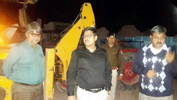बीकानेर में मंगलवार रात जिप्सम के अवैध परिवहन के खिलाफ कार्रवाई करते कलक्टर कुमारपाल गौतम।